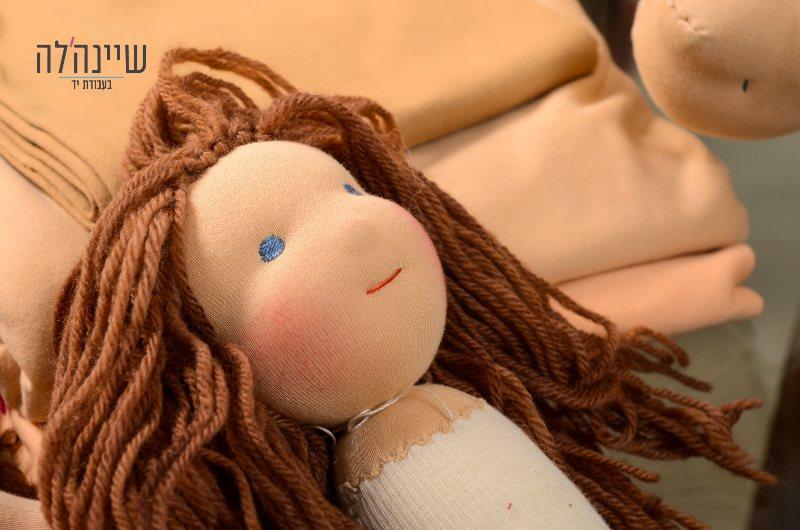 בובת וולדורף עם שיער חום