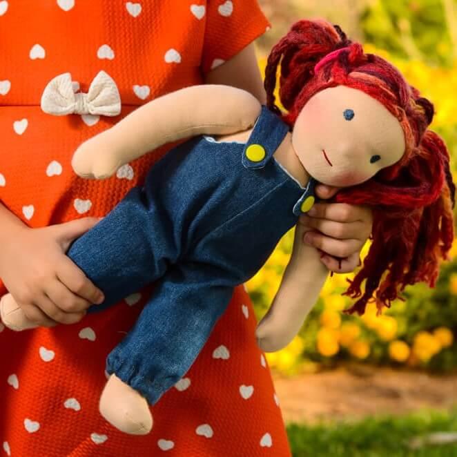 בובה אנתרופוסופית עם סרבל ג'ינס